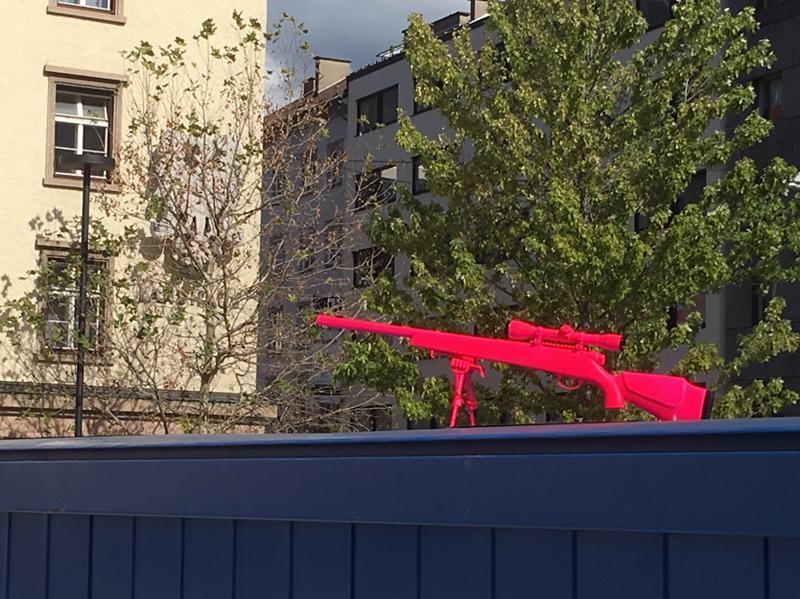 Installationsansicht 3 // Sniper-Antigone // Skulptur // Aluminiumguss // Fluoreszierendes Pink // NOT // Cargo Container // Landhausplatz // 2018