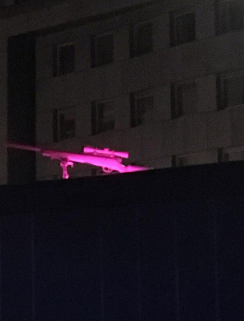 Installationsansicht 4 // Sniper-Antigone // Skulptur // Aluminiumguss // Fluoreszierendes Pink // NOT // Cargo Container // Landhausplatz // 2018